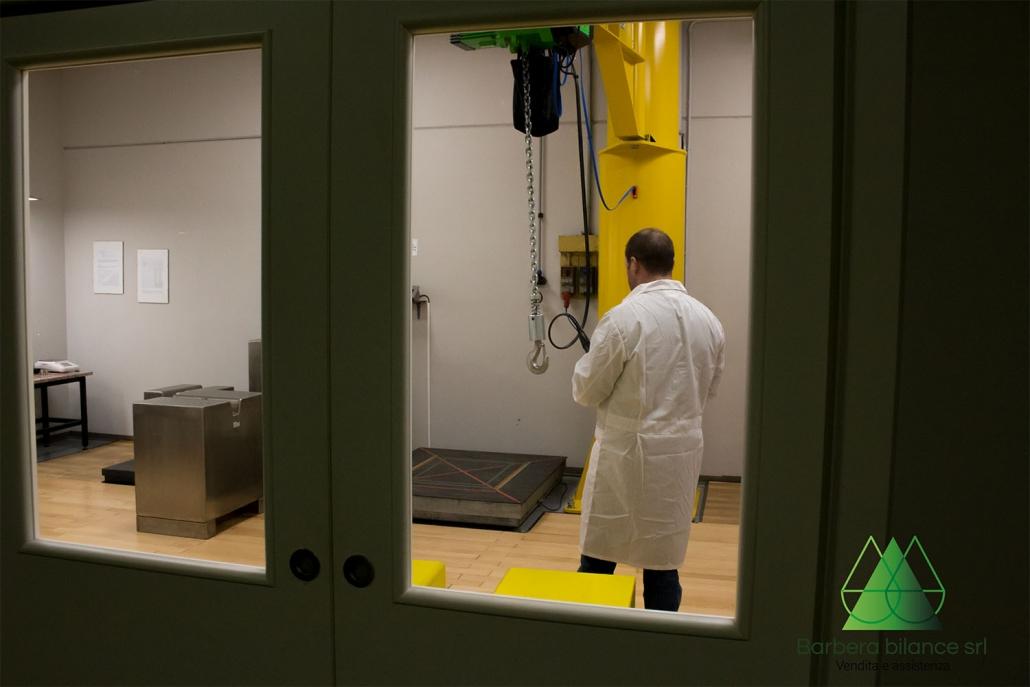 Operatore addetto al laboratorio metrologico.